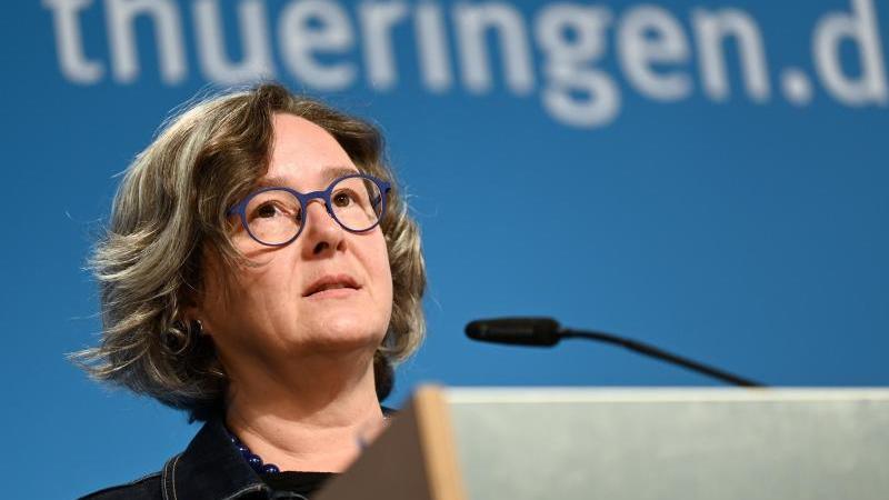 Thüringens Gesundheitsministerin Heike Werner (Linke) spricht bei einer Pressekonferenz. Foto: Martin Schutt/dpa-Zentralbild/dpa/Archivbild