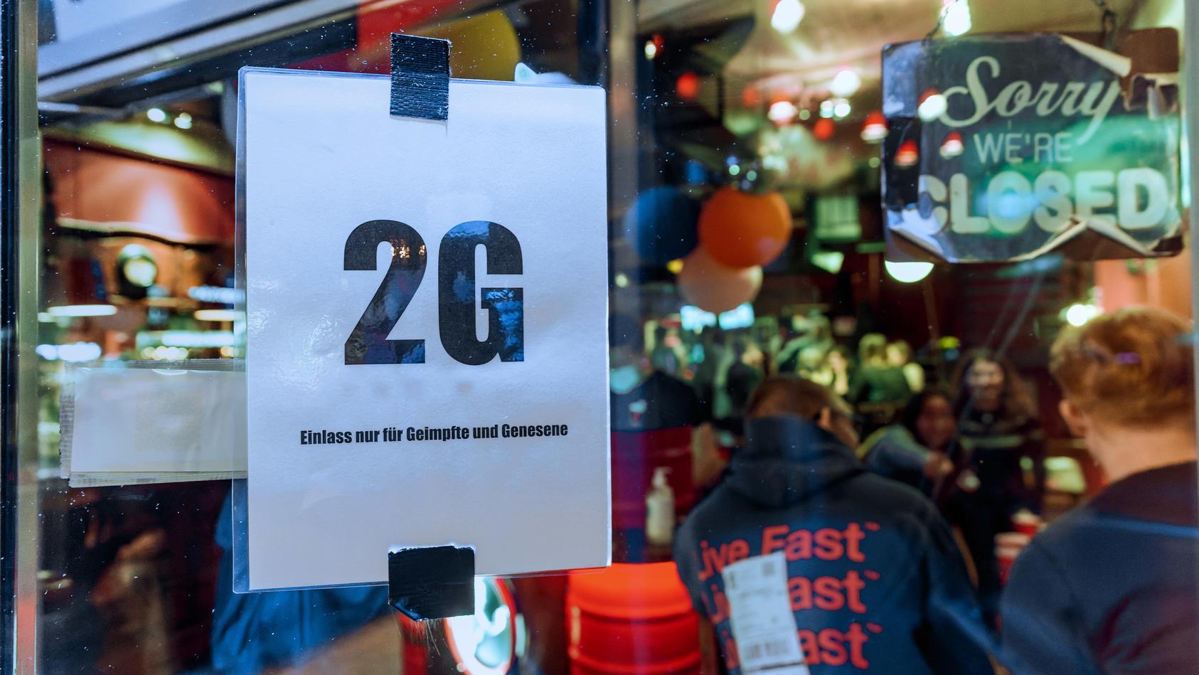 Auch auf der Reeperbahn gilt das 2G-Modell. Dort kann nun fast wieder so ausgelassen gefeiert werden wie vor der Pandemie.