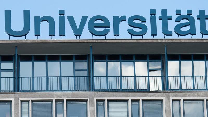 """Der Schriftzug """"Universität"""" ist auf dem Dach des Continental-Hochhauses der Leibniz-Universität zu sehen. Foto: picture alliance / Silas Stein/dpa"""
