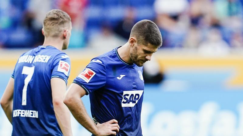 Hoffenheims Andrej Kramaric verlässt nach Spielende das Spielfeld. Foto: Uwe Anspach/dpa