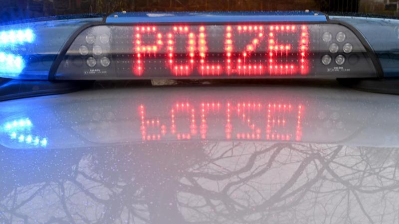 """Die Schriftzug """"Polizei"""" leuchtet auf dem Dach eines Streifenwagens der Polizei. Foto: Carsten Rehder/dpa/Symbolbild"""