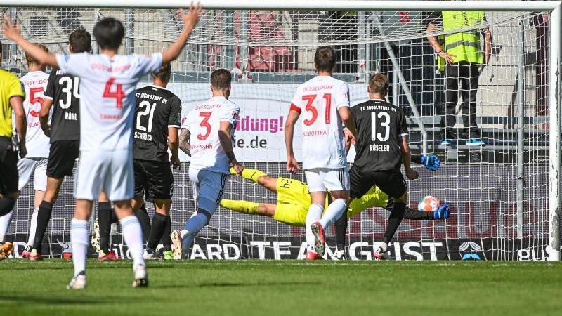André Hoffmann (4.v.r) von Düsseldorf trifft zum 0:1 gegen Ingolstadt. Foto: Armin Weigel/dpa