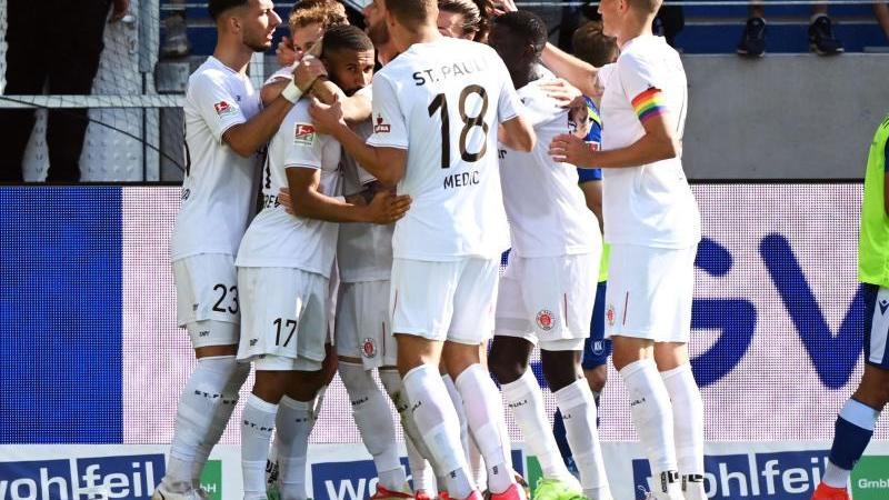 St. Paulis Mannschaft bejubelt den Treffer zum 0:3 durch Daniel-Kofi Kyereh (3.v.l). Foto: Uli Deck/dpa