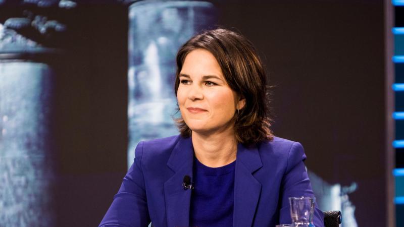 Annalena Baerbock, Kanzlerkandidatin von Bündnis 90/Die Grünen, sitzt bei der TV-Debatte. Foto: Thomas Kierok/ZDF/dpa