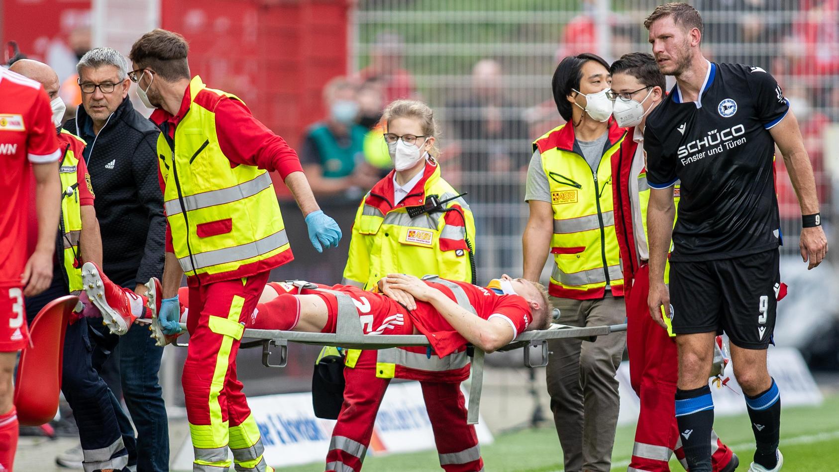 Timo Baumgartl musste auf der Trage und mit Halskrause vom Platz gebracht werden. Fabian Klos, mit dem er zusammenprallte, begleitete ihn.