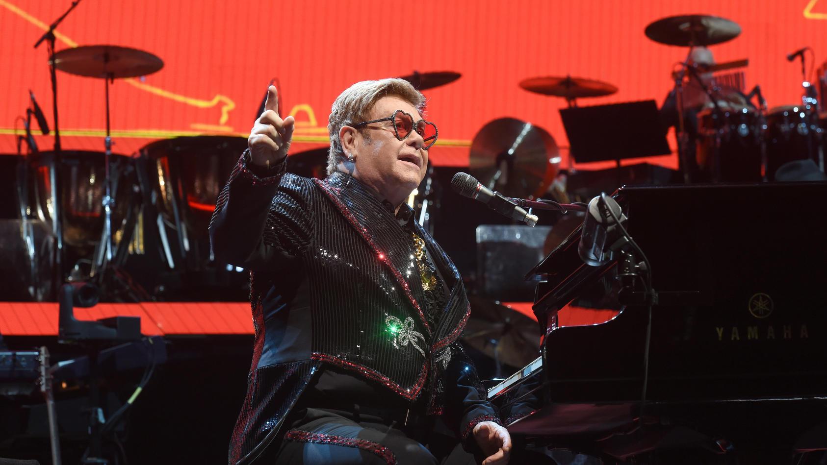 Bei einem Benefiz-Konzert rief Elton John zu weltweiter Corona-Solidarität auf.