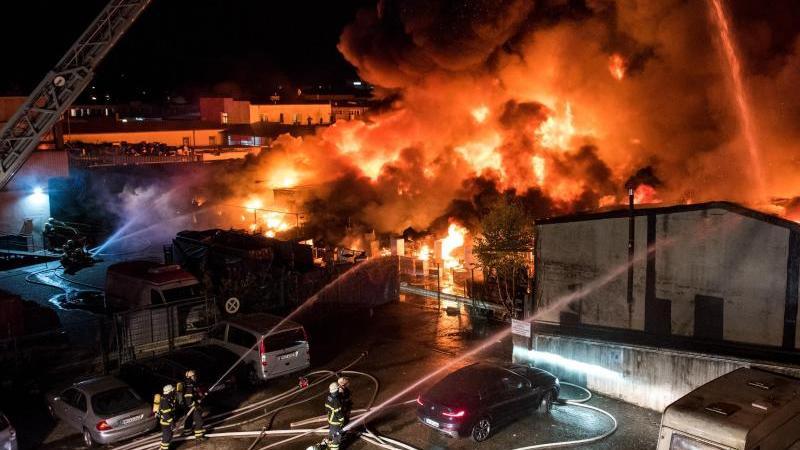 Feuerwehrleute löschen im Stadtteil Rothenburgsort einen Großbrand. Foto: Daniel Bockwoldt/dpa