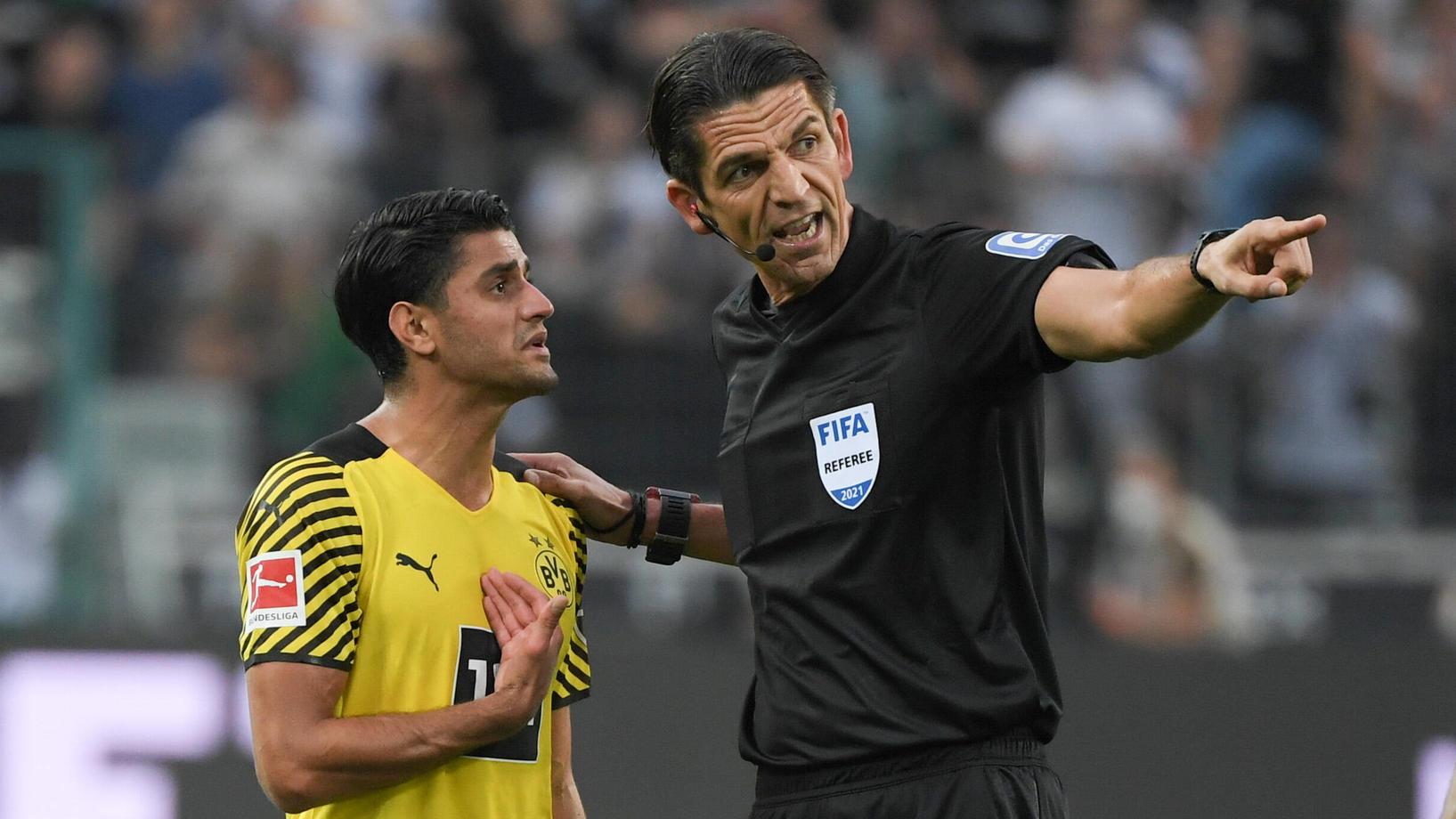 Schiedsrichter Deniz Aytekin schickte Mahmoud Dahoud wegen Reklamierens vom Feld.