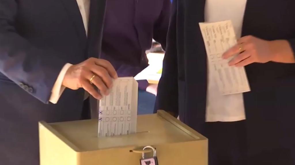 Armin Laschet zeigt beide Kreuze bei seiner Wahl.