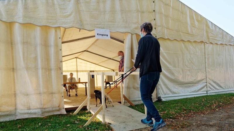 Ein Zelt dient in Swisttal-Miel als Wahllokal. Foto: Henning Kaiser/dpa