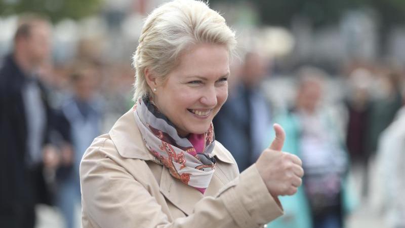 Manuela Schwesig (SPD), Spitzenkandidatin zur Landtagswahl, hebt den Daumen. Foto: Danny Gohlke/dpa/Archivbild