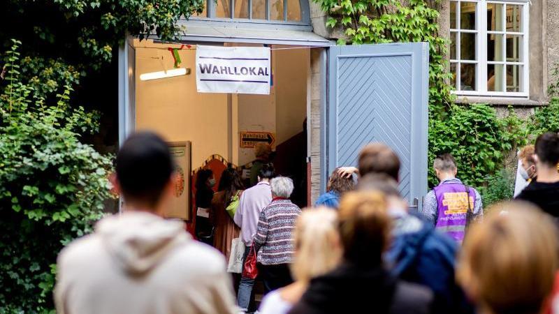 Zahlreiche Wählerinnen und Wähler warten im Stadtteil Prenzlauer Berg vor einem Wahllokal. Foto: Hauke-Christian Dittrich/dpa