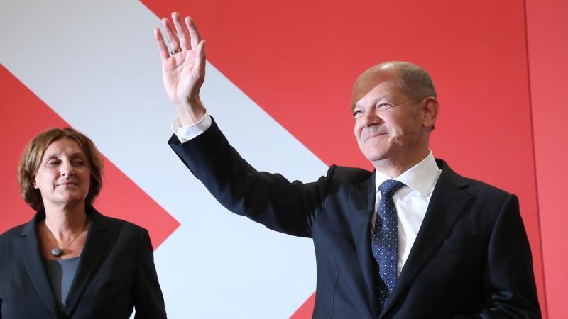 Olaf Scholz, Finanzminister und SPD-Kanzlerkandidat, wink neben seiner Frau Britta Ernst während der Wahlparty im Willy-Brandt-Haus. Foto: Wolfgang Kumm/dpa