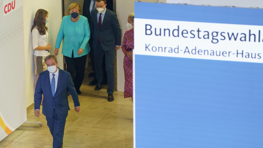 CDU - Wahlabend Bundestagswahl 2021 - Konrad-Adenauer-Haus in Berlin - Armin Laschet mit Bundeskanzlerin Angela Merkel auf dem Weg zu seinem ersten Statement nach Bekanntgabe erster PrognosenCDU - Wahlabend Bundestagswahl 2021 - Konrad-Adenauer-Haus