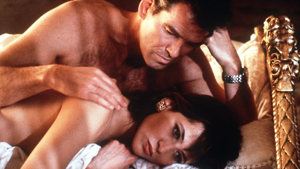 """Pierce Brosnan und Sophie Marceau bei einer Bettszene aus """"James Bond 007: Die Welt ist nicht genug"""""""