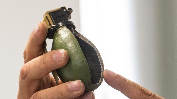 Wie kamen die Kampfmittel in den hessischen Wald?  Das Foto zeigt das Modell einer Handgranate M52 aus dem ehemaligen Jugoslawien - präsentiert auf einer Pressekonferenz zum Anschlag auf eine Flüchtlingsunterkunft 2016. Foto: Patrick Seeg