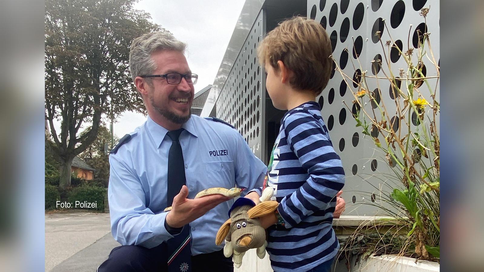 Der Sechsjährige bekam von der Polizei Hagen seine Schlange zurück und einen Stoffhund geschenkt.