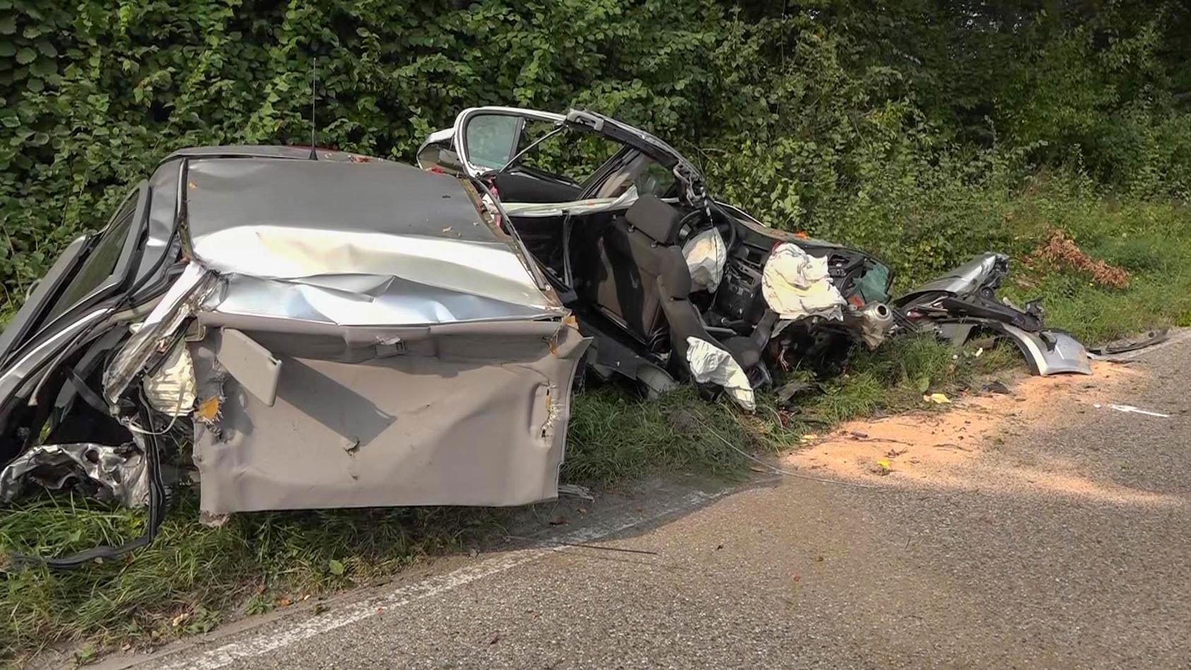 Spuren eines tödlichen Unfalls: Am Sonntagmorgen kam hier ein 18-Jähriger ums Leben, der 19-jährige Fahrer wurde schwer verletzt.