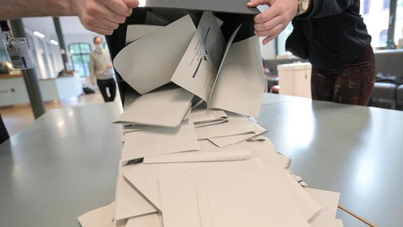 Wahlhelfer schütten in einem Wahllokal Stimmzettel für die Bundestagswahl aus. (Symbolbild)