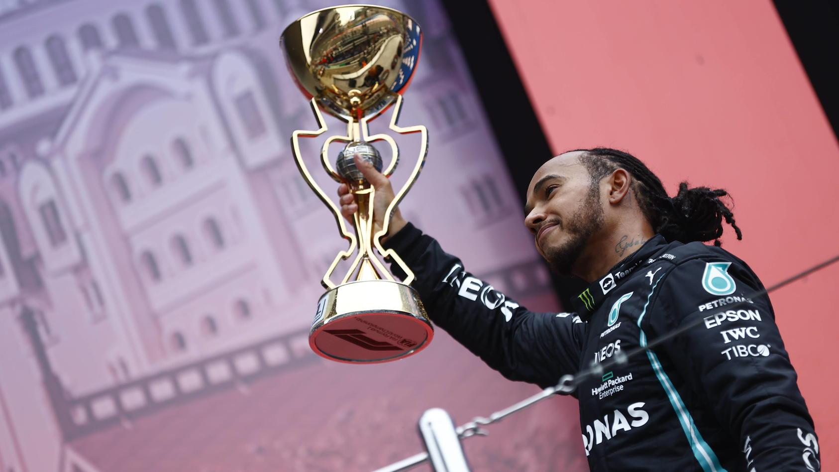 Lewis Hamilton mit seinem 100. Rennsieg-Pokal.