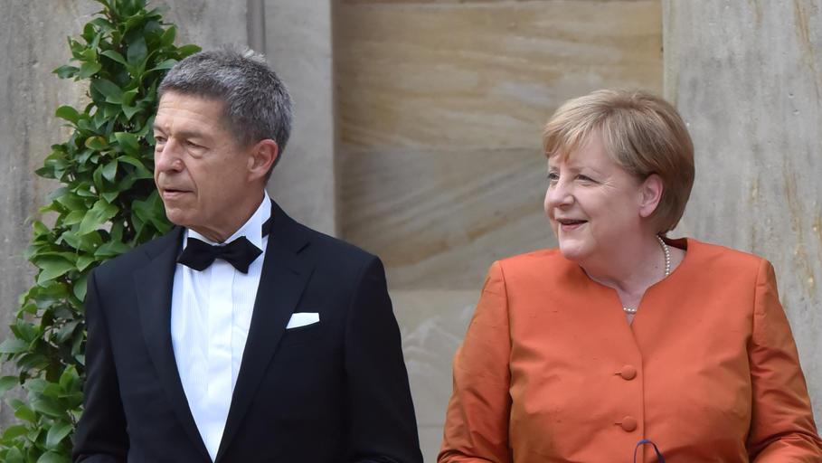 Angela Merkel und Mann Joachim Sauer auf dem roten Teppich bei der Eröffnung der Bayreuther Festspiele 2021 im Festspielhaus in Bayreuth.