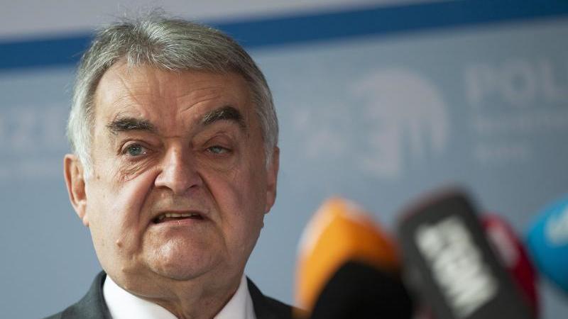 Der nordrhein-westfälische Innenminister Herbert Reul (CDU) gibt ein Statement ab. Foto: Thomas Banneyer/dpa