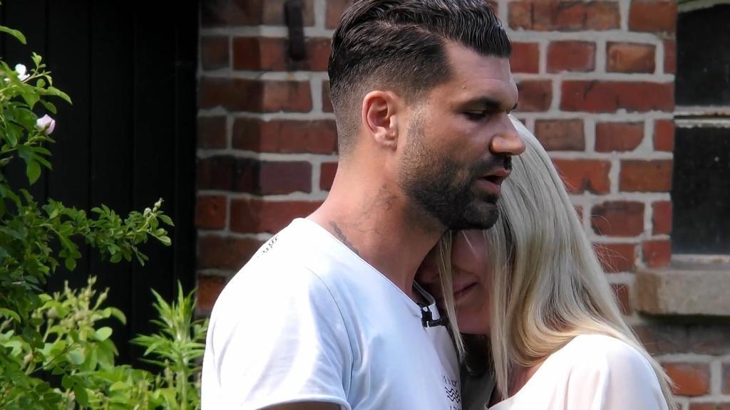 Mike Cees-Monballijn versucht seine Frau Michelle Monballijn im Sommerhaus zu beruhigen – aber so richtig klappen will das irgendwie nicht.