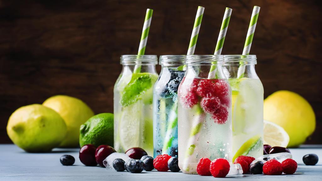 Wasser mit verschiedenen Früchten