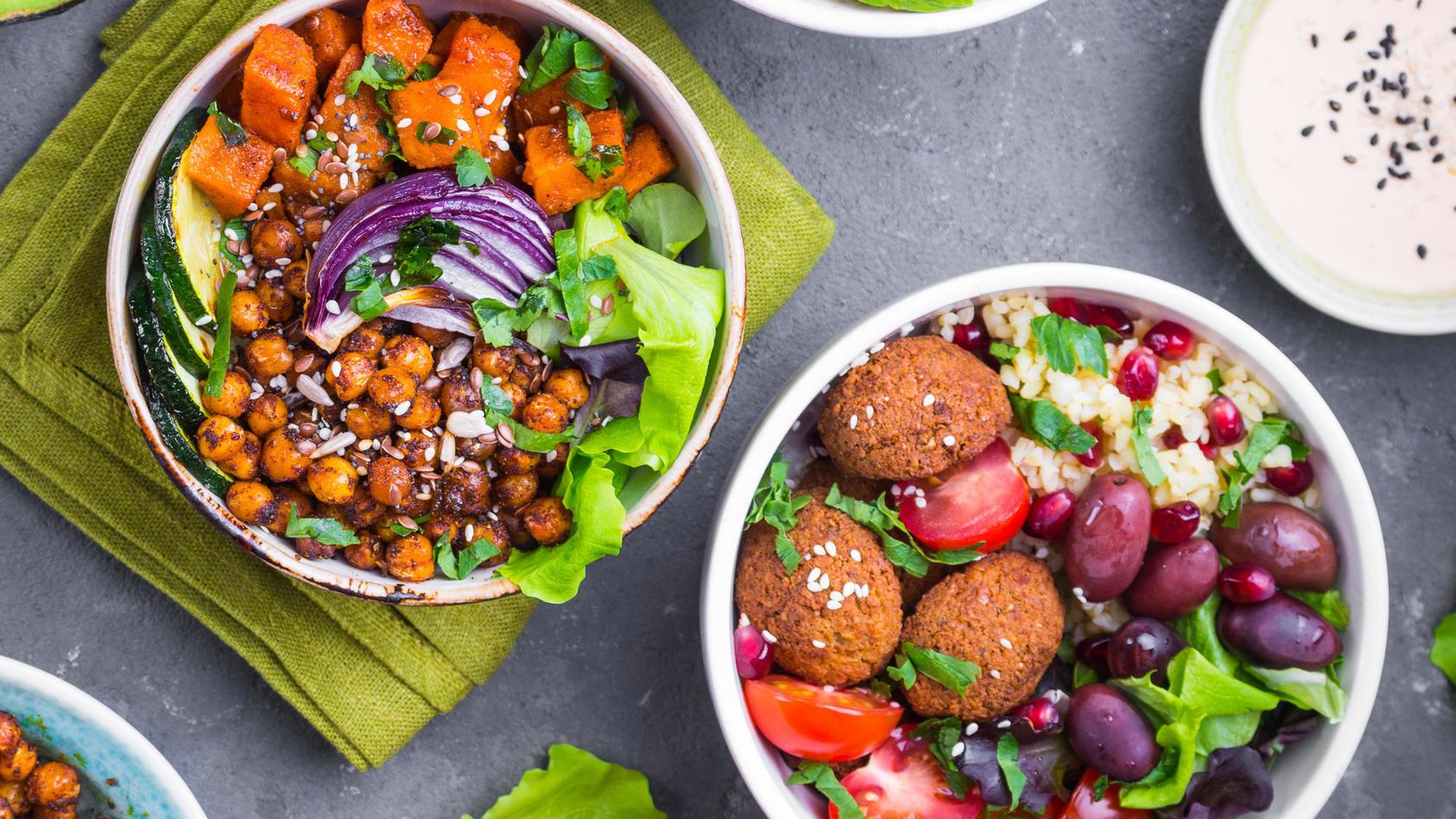 salat-ist-nicht-nur-etwas-fur-warme-sommertage-mit-selbstgemachter-kurbis-falafel-frischen-feigen-und-cremigem-ziegenkase-wird-der-feldsalat-zu-einem-besonders-aromatischem-herbst-gericht-symbolbild