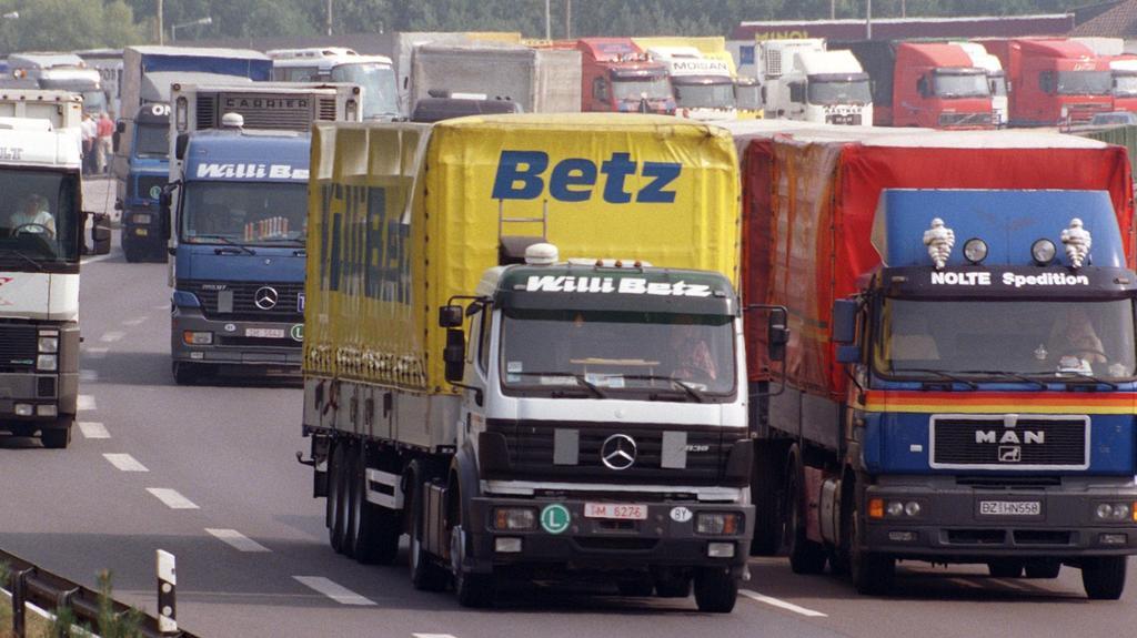 Michendorf (Brandenburg): Dicht an dicht fahren in- und ausländische Lkw auf dem Autobahnrastplatz Michendorf bei Potsdam. Tausende Brummi-Fahrer steuern täglich diesen Parkplatz an, der an der Transitroute nach Polen und Osteuropa liegt. 3,4 Milliar