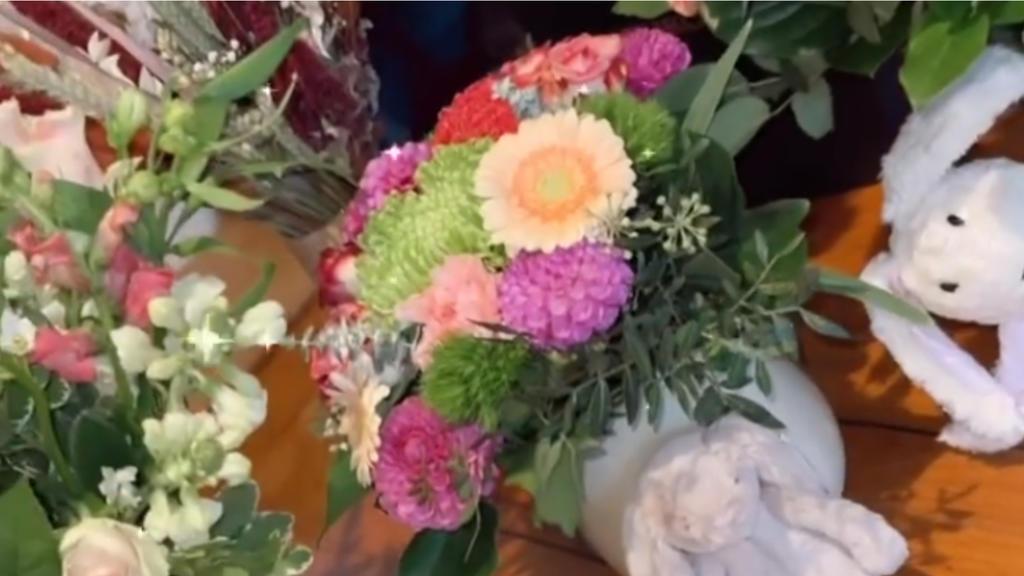 Yeliz Koc bekommt unter anderem von den Ochsenknechts Blumen zur Geburt.