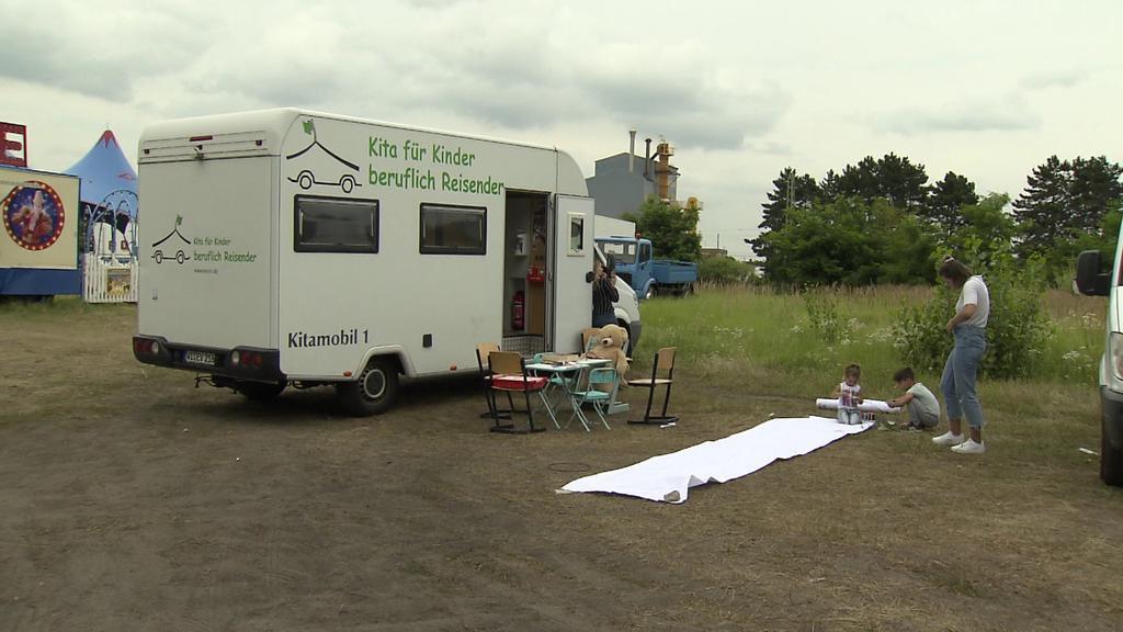 Mit ihrem umgebauten Wohnmobil reisen Jana Roth und Theresa Saup durch ganz Hessen.