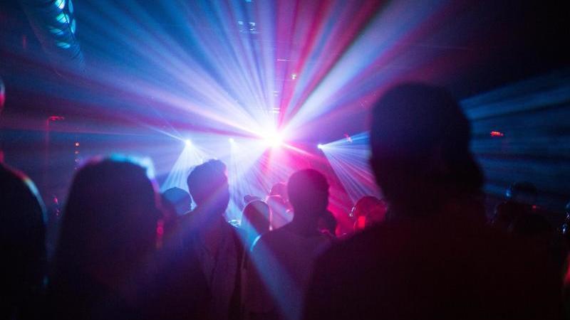 menschen-feiern-in-einer-disco-foto-sophia-kembowskidpasymbolbild
