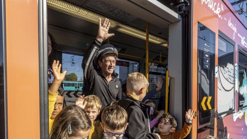 peter-maffay-in-frankfurt-tabaluga-straenbahn-vorgestellt