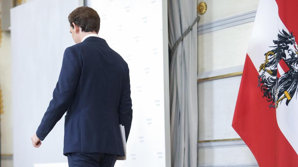 dpatopbilder - 09.10.2021, Áustria, Viena: Sebastian Kurz (ÖVP), Chanceler Federal da Áustria, sai após fazer uma declaração sobre a crise do governo na Chancelaria Federal.  Kurz anunciou que deixaria o cargo de chanceler da Áustria.