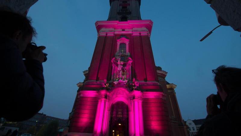 In Pink leuchtet zum Welt-Mädchentag das angestrahlte Portal der Kirche St. Michaelis (Michel). Foto: picture alliance / Maja Hitij/dpa/Archivbild
