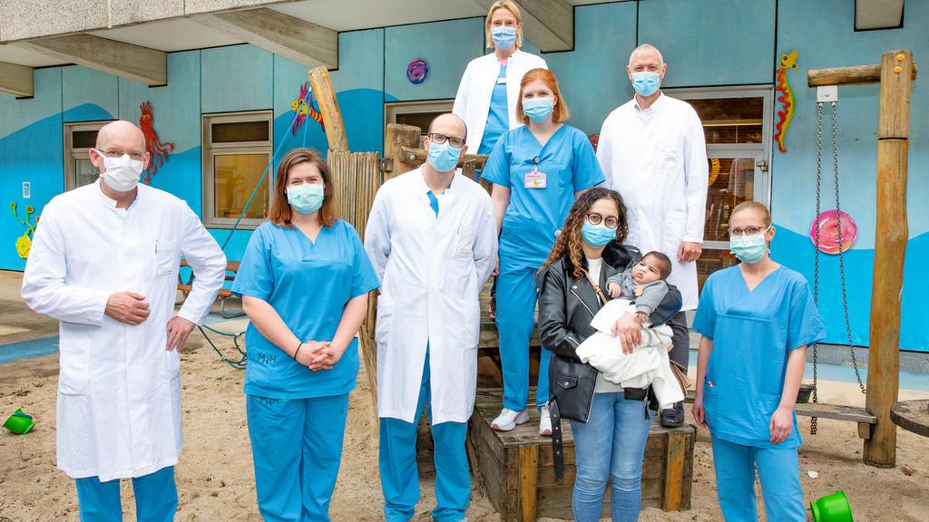 """Ein Team aus Kinder-Leberspezialisten und Bauchchirurgen listet Adam aufgrund der schweren Fehlfunktion des Organs nach seiner Ankunft in der Klinik """"mit hoher Dringlichkeit für eine Transplantation""""."""