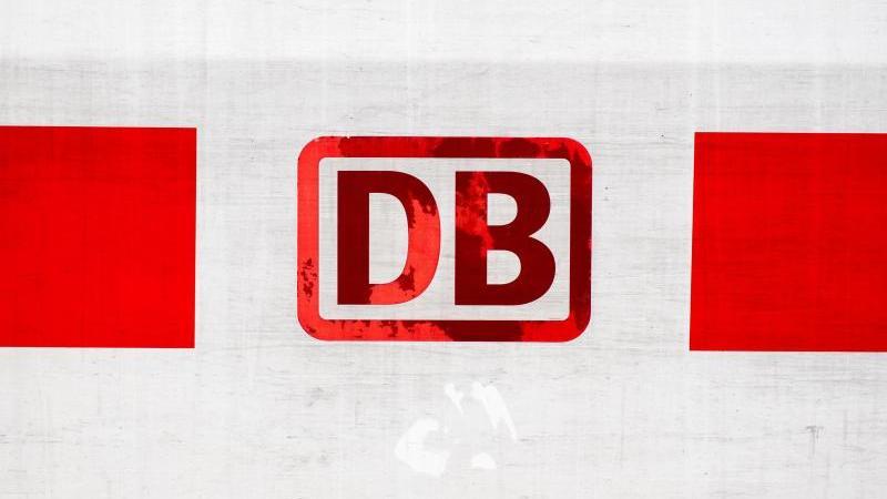 Das Logo der Deutschen Bahn (DB) ist zu sehen. Foto: Hauke-Christian Dittrich/dpa/Archivbild