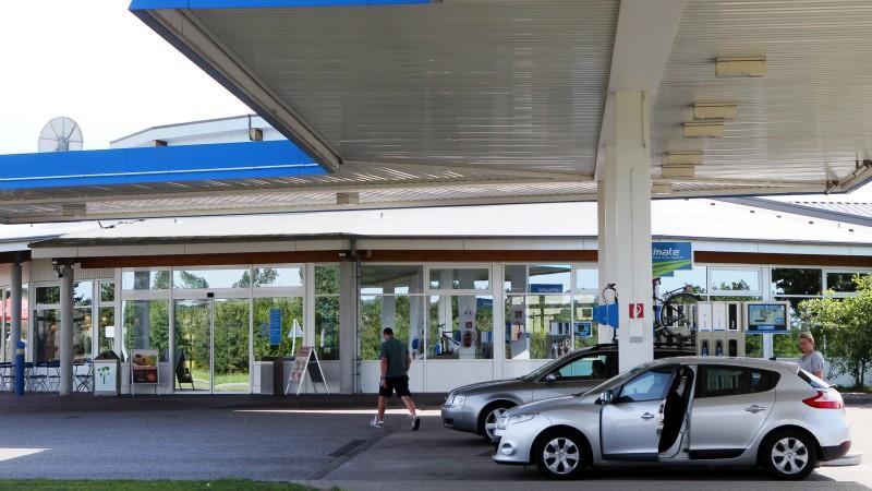 Der ADAC hat bei einem Vergleich von Autobahn-Raststätten und Autohöfen teils große Preisunterschiede festgestellt. Im Schnitt waren die Raststätten bei 13 von 14 ausgewerteten Produkten teurer,