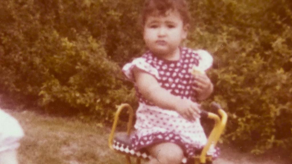 Auf diesem Bild ist Leon als kleines Mädchen zu sehen. Es ist das einzige, das Leon kennt,  auf dem er ein Kleid trägt.