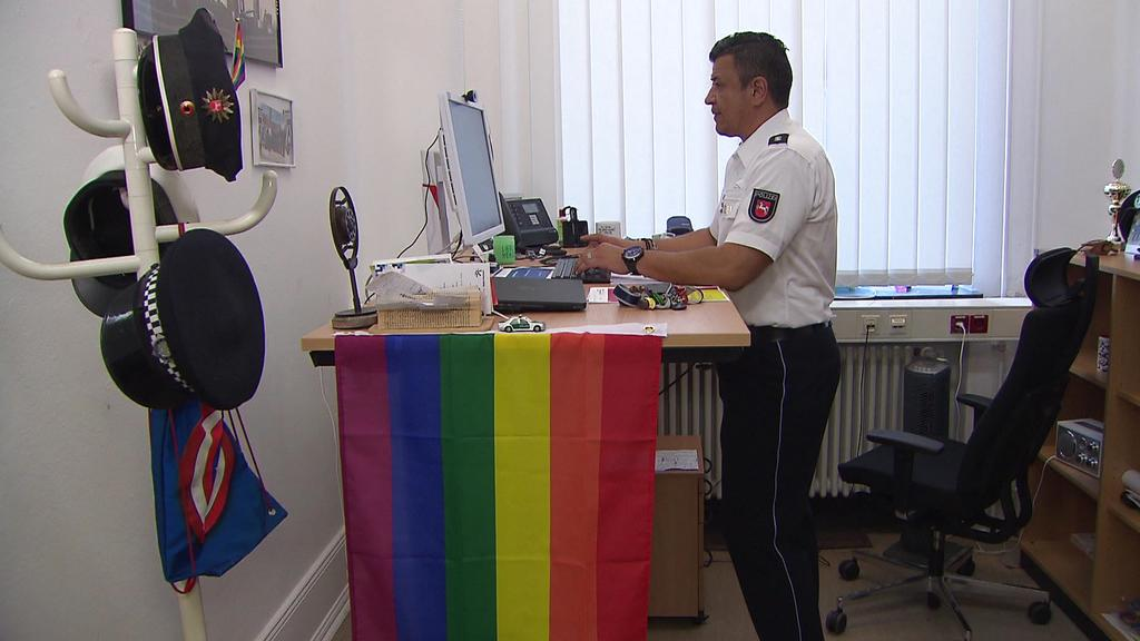 Leon Dietrich ist Polizist in Hannover und ist Ansprechpartner für Lesben, Schwule, Bisexuelle, Trans- und Interidentitäten (LSBTI)