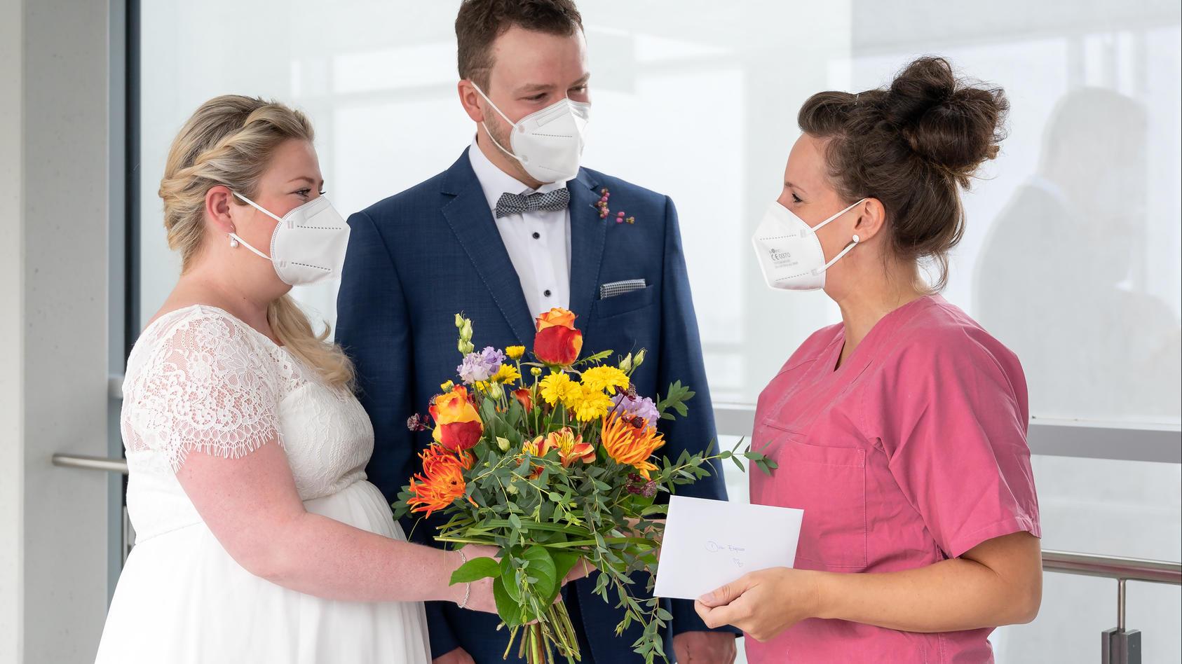 Anna und Markus N. (links und Bildmitte) nehmen die Gratulation von Josephine Prager, Hebamme der Universitätsklinik und Poliklinik für Geburtshilfe und Pränatalmedizin, entgegen (rechts im Bild).