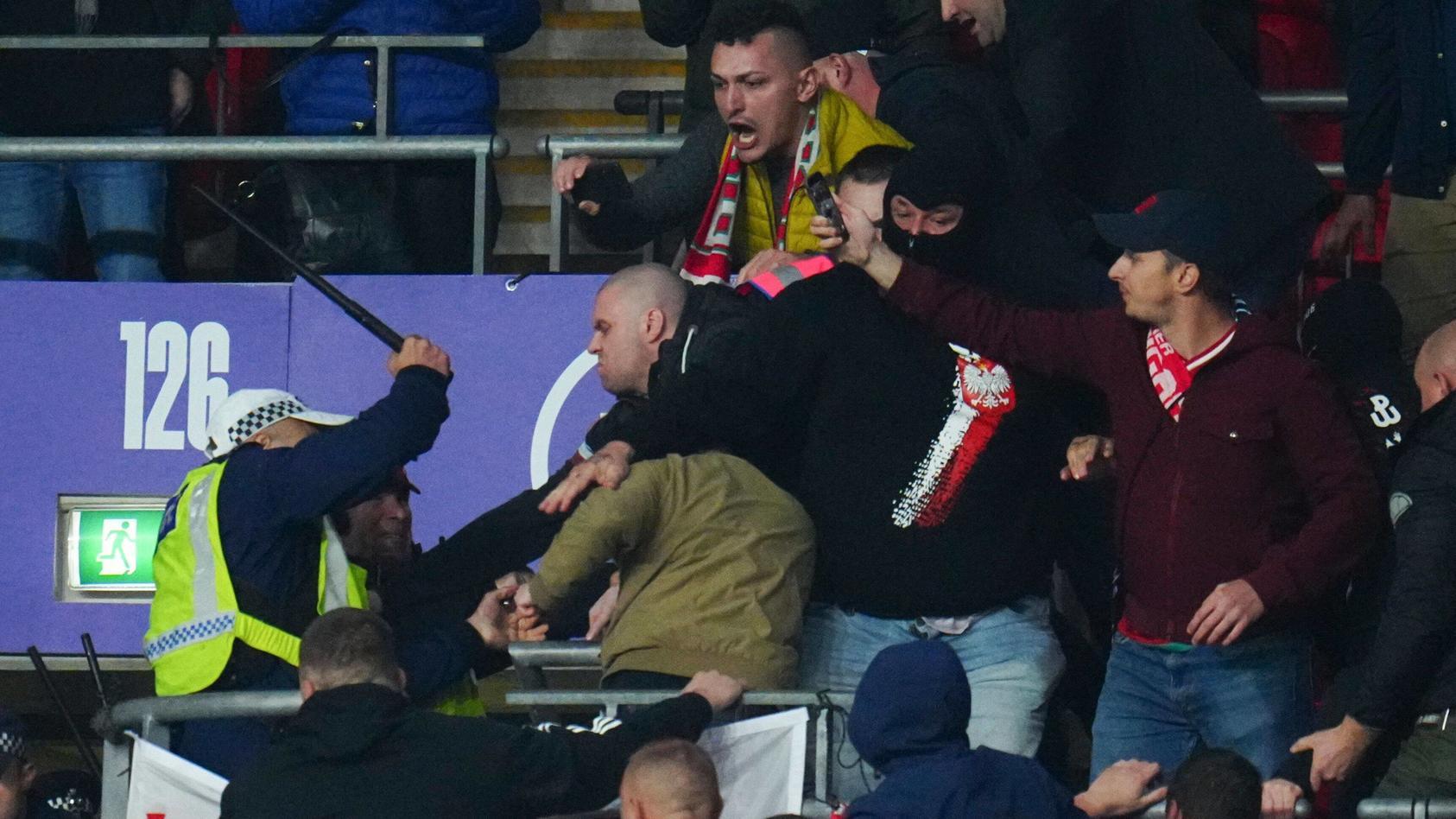 Ungarische Fans und die Polizei geraten in Wembley aneinander
