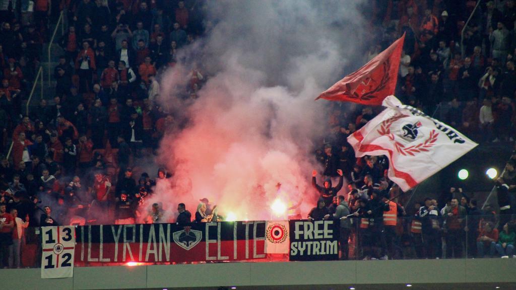 Albanische Fans zündeten Pyrotechnik im Stadion