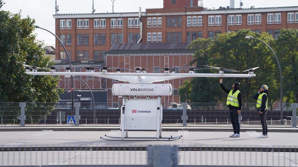 Zwei Techniker überprüfen die Riesen-Drohne.