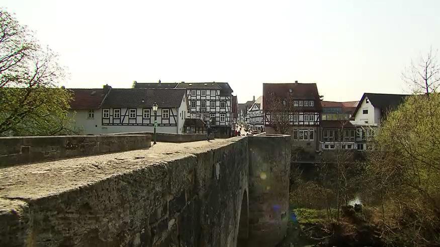 Die über 400 Jahre alte Bartenwetzerbrücke in Melsungen führt über die Fulda.