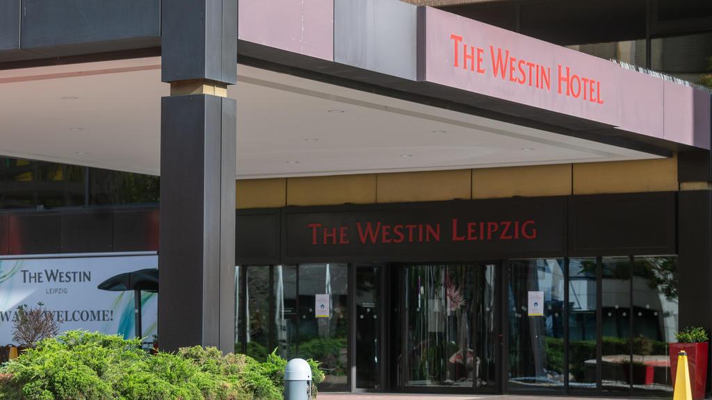 06.10.2021, Sachsen, Leipzig: Blick auf den Eingang zum Hotel Westin Leipzig. Der Sänger Ofarim berichtete sichtlich bewegt in einem am Dienstag (05.10.2021) veröffentlichten Instagram-Video, ein Mitarbeiter des Hotels habe ihn am Empfang aufgeforder