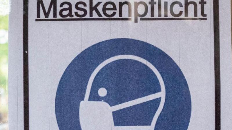 """Ein Plakat mit der Aufschrift """"Maskenpflicht"""". Foto: Kay Nietfeld/dpa/Symbolbild"""