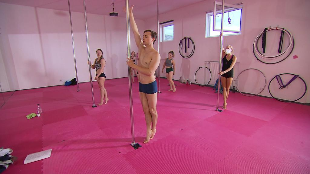 Simon Koch trainiert Poledance beim TSG Blaugold Gießen.
