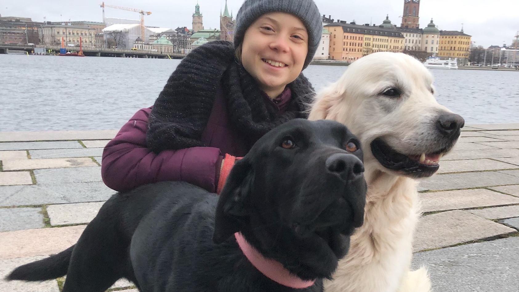 Greta Thunberg und ihre Hunde Roxy (l.) und Moses (r.).